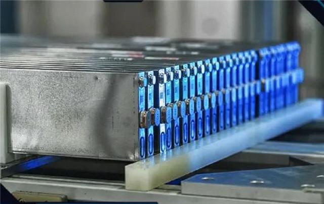 """8月动力电池装机量:磷酸铁锂反超优势扩大,中下游企业扩产、定增""""卷"""""""